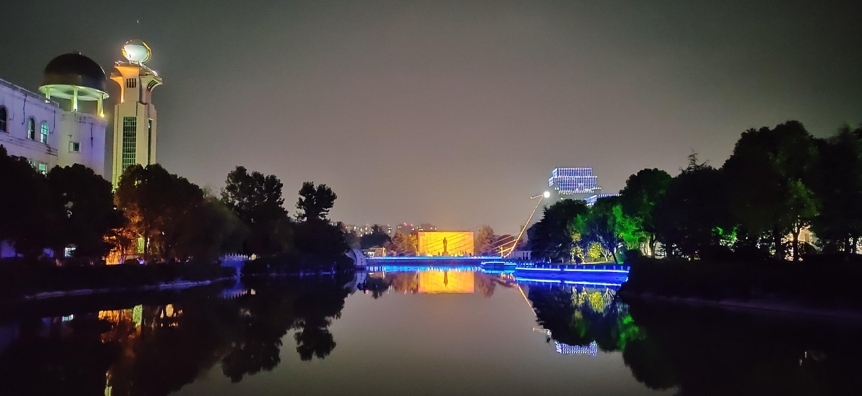 大扬子江的夜景还是不错的